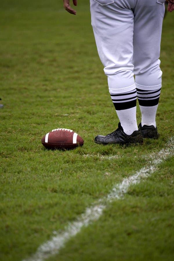 O futebol da marcação do árbitro do futebol mancha para baixo foto de stock