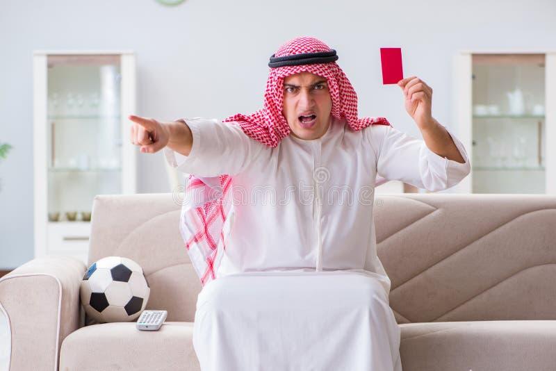 O futebol de observação do esporte do homem árabe na tevê fotografia de stock royalty free
