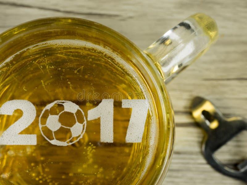 O futebol na espuma da cerveja fotografia de stock royalty free
