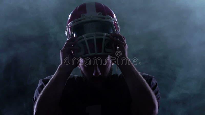 O futebol põe o capacete sobre a cabeça no fumo Movimento lento video estoque
