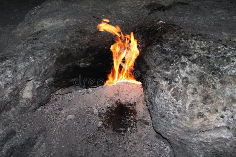 O gás natural arde na quimera, Yanartas perto de Cirali, Turquia fotografia de stock