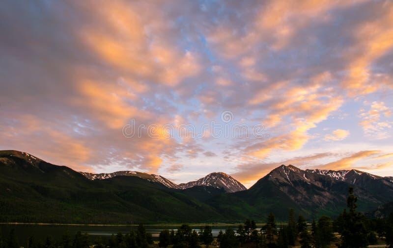 O gêmeo repica o por do sol vívido do fulgor alpino de Colorado fotografia de stock royalty free