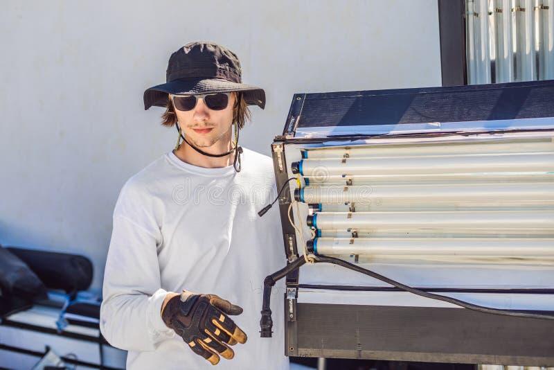 O Gaffer ou o eletricista principal em uma unidade filme ou da televisão de produção estabelecem as luzes e o suporte claro na fotos de stock