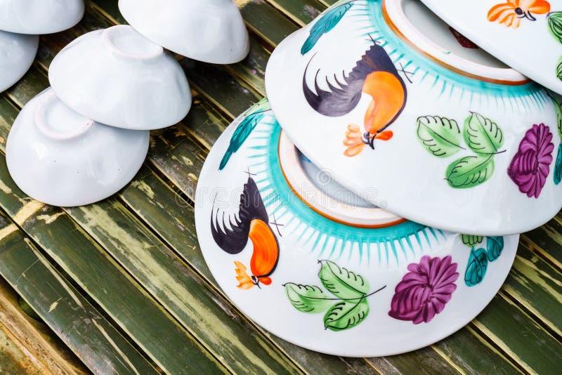 O galo tradicional pintou o estilo chinês da bacia cerâmica de tailandês fotos de stock royalty free