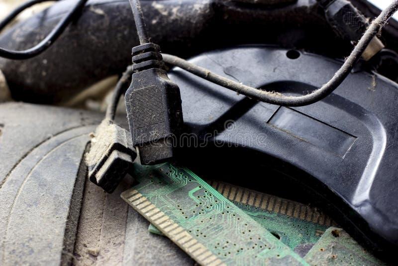O gamepad retro, o controlador e o console do jogo cobriram o vith conceito das tecnologias obsoletas e antiquadas da sujeira e d fotos de stock