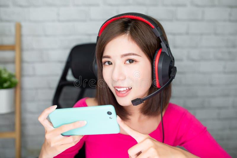 O gamer de Cybersport tem o córrego vivo foto de stock
