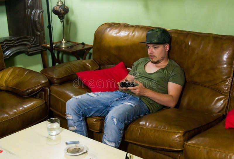 O Gamer está jogando jogos em casa na noite imagem de stock royalty free