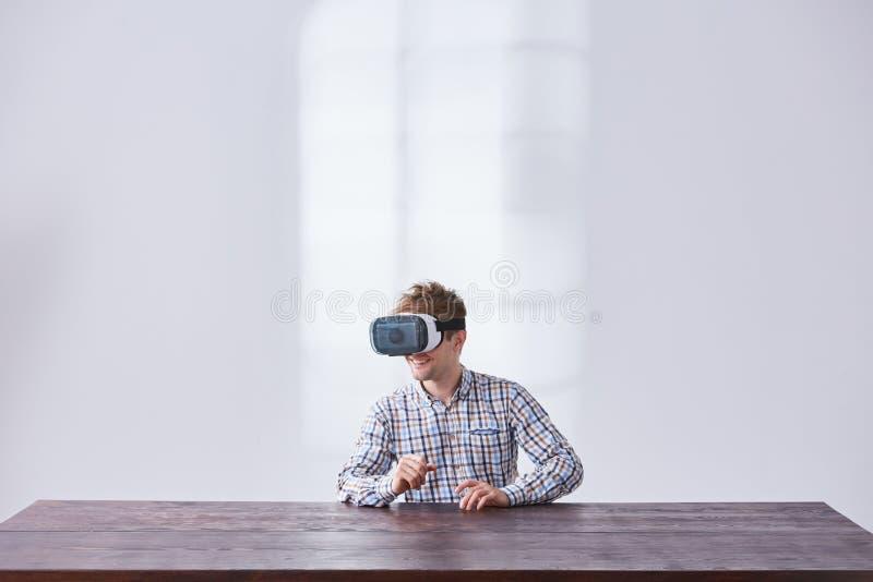 O Gamer joga o jogo interativo imagem de stock royalty free