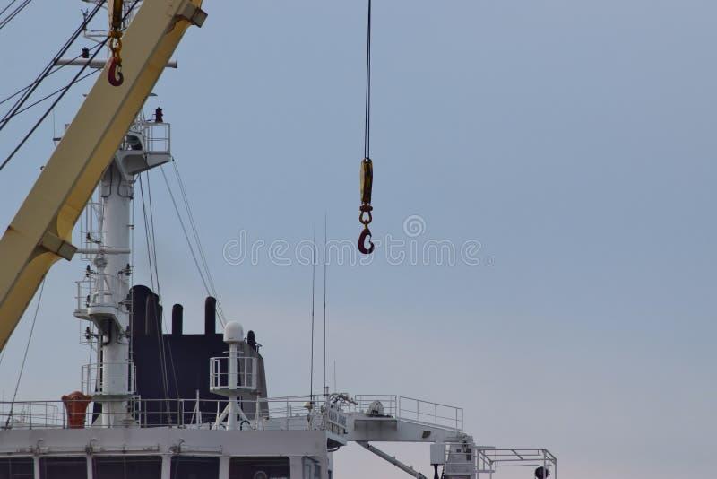O gancho pendura em um cabo resistente dos guindastes portuários fotos de stock royalty free