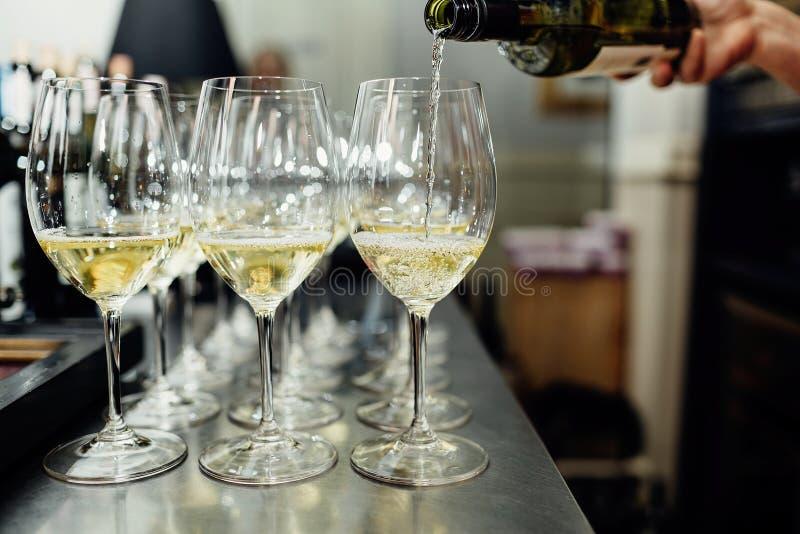 O garçom traz vidros do champanhe imagem de stock royalty free
