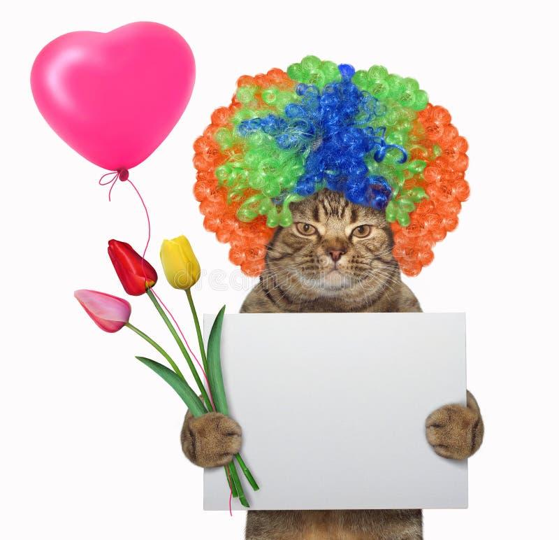 O gato em uma peruca guarda um sinal vazio e tulipas fotos de stock