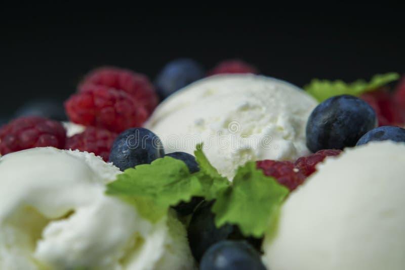 O gelado com mirtilos e as morangos fecham-se acima foto de stock royalty free