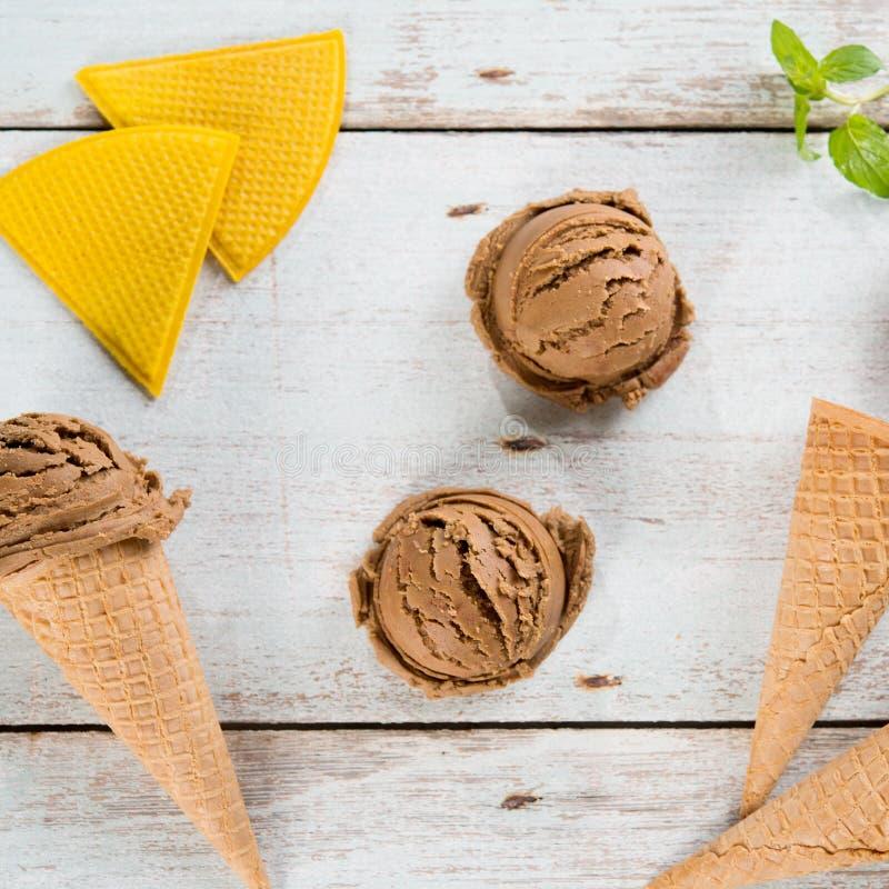 O gelado de chocolate escava a vista superior fotos de stock