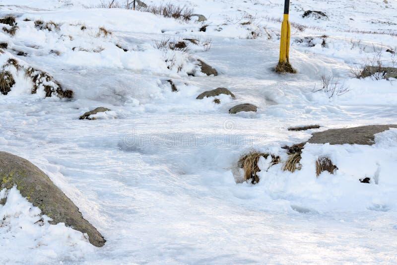 O gelo cobriu o trajeto do turista imagem de stock