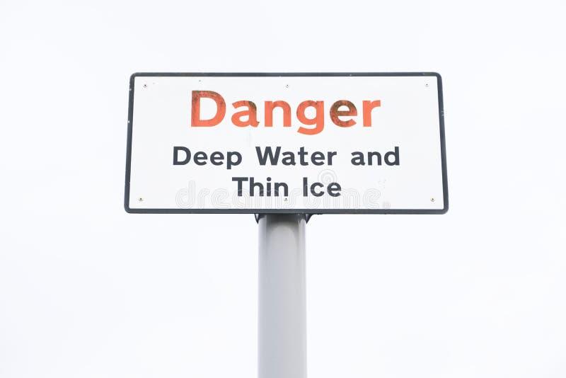 O gelo fino e o perigo das águas profundas assinam dentro o céu foto de stock
