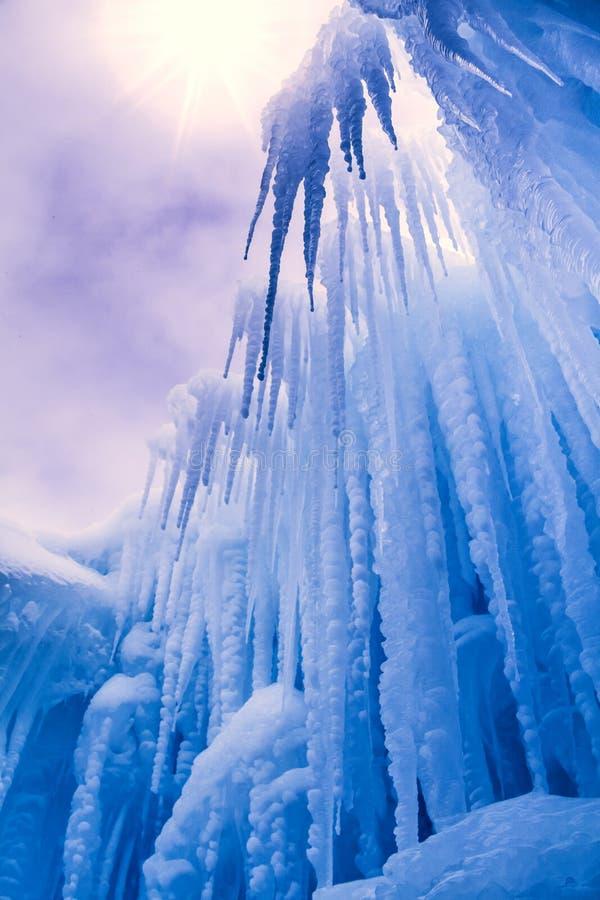 O gelo fortifica sincelos e formações de gelo imagens de stock royalty free
