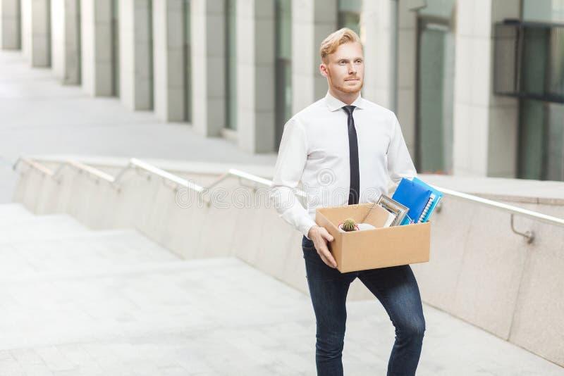 O gerente da felicidade tem um trabalho novo Trabalhador adulto novo do cabelo vermelho bem vestido, indo ao melhor trabalho novo foto de stock royalty free
