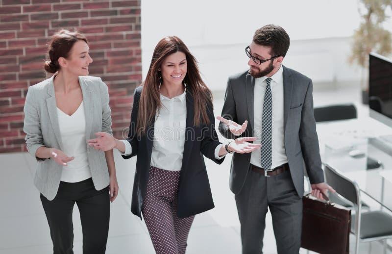 O gerente encontra clientes no escrit?rio foto de stock