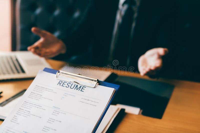 O gerente expressou seu prazer dar boas-vindas aos candidatos ao escritório com conceito da entrevista de trabalho imagens de stock royalty free