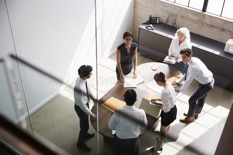 O gerente fêmea e o negócio team na reunião, vista elevado imagens de stock royalty free