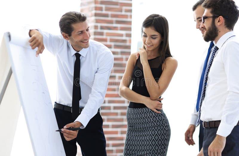O gerente faz uma apresentação aos colegas fotografia de stock royalty free