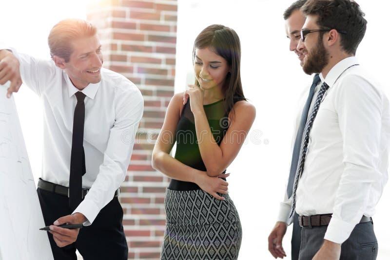 O gerente faz uma apresentação aos colegas foto de stock royalty free