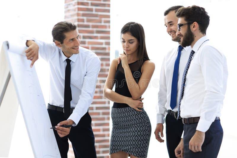 O gerente faz uma apresentação aos colegas foto de stock