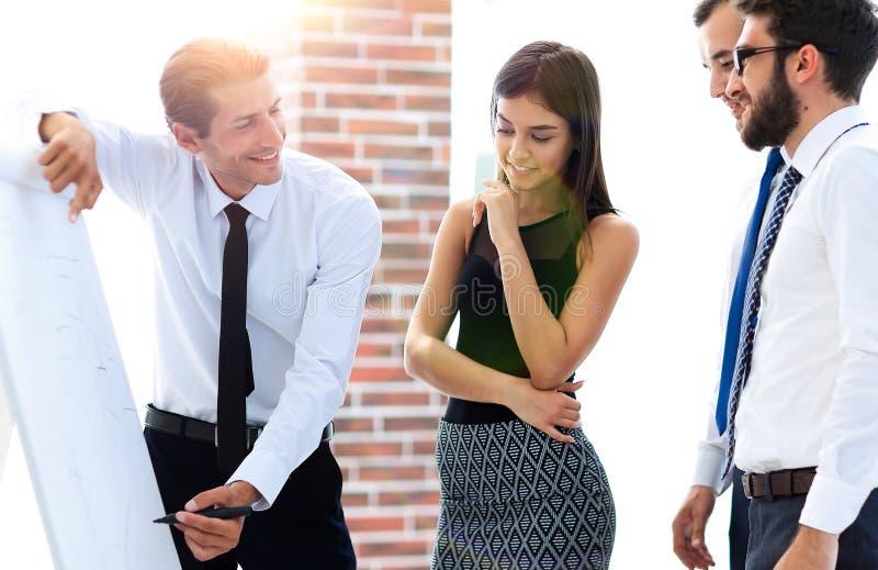 O gerente faz uma apresentação aos colegas fotos de stock