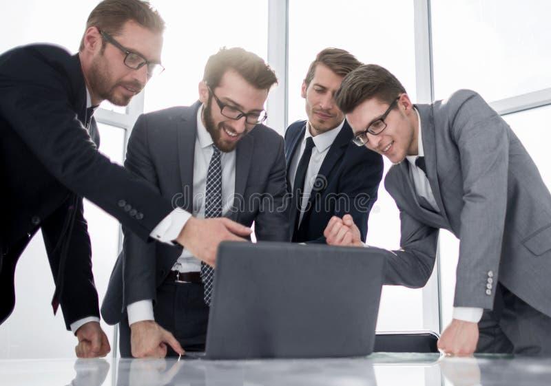O gerente recomenda a posição do cliente perto da mesa de escritório imagem de stock royalty free