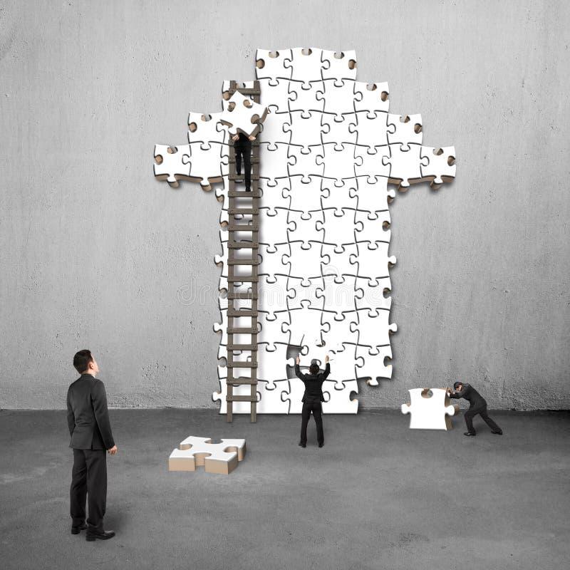 O gerente vigia trabalhos de equipa para enigmas na forma da seta imagens de stock