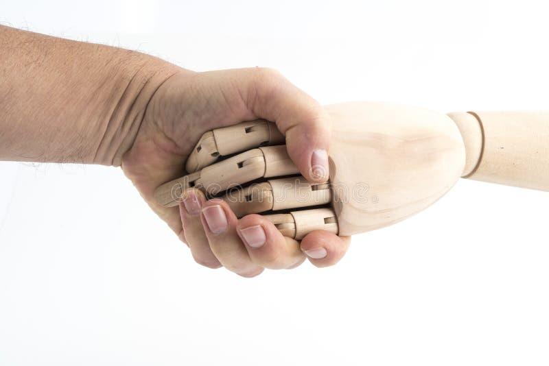 O gesto de um aperto de mão feito com uma mão de madeira articulada fotos de stock royalty free