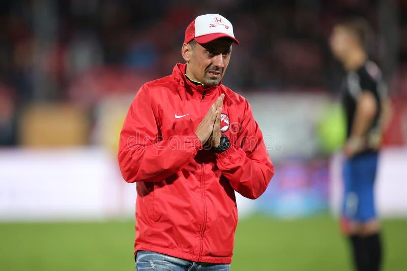 O gestor de equipa, Ionel Danciulescu chocou Patrick Ekeng morreu no passo de futebol fotografia de stock royalty free
