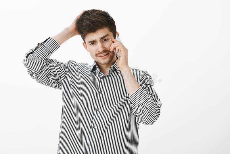 O gestor de escritório incomodado não pode dar a resposta Retrato de estudante masculino considerável questionado confuso com big fotos de stock royalty free