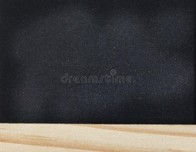 O giz abstrato friccionou para fora no quadro-negro para o fundo a textura para adiciona o texto ou o projeto gráfico foto de stock