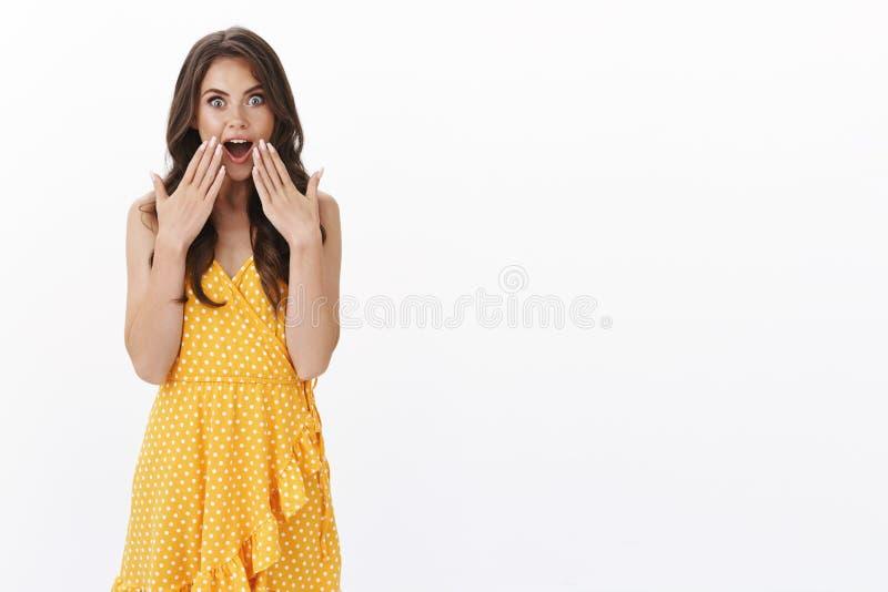 O glamour carismático surpreendente, jovem feminina recebe um presente inacreditável e inesperado, palmas abertas de boca fotos de stock royalty free