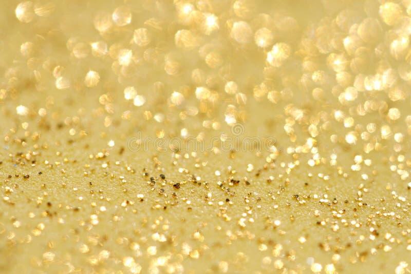 O glitter dourado sparkles fundo da poeira imagens de stock