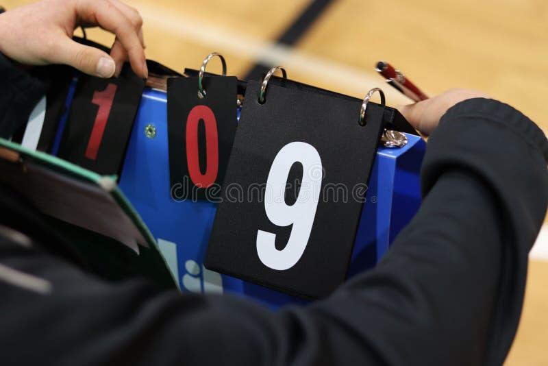 O goleador mantém a atenção durante o fósforo do voleibol para não esquecer números das voltas Número branco nove no fundo preto  fotos de stock royalty free