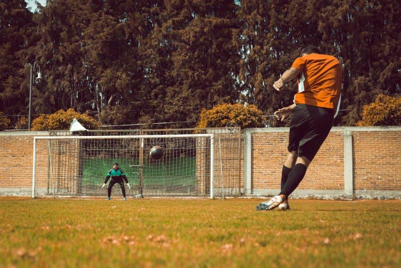 o goleiro Goal esperando a bola num jogo de futebol & x28;soccer foto de stock