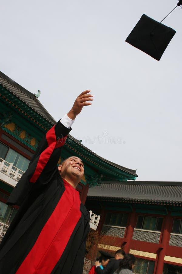 O graduado da universidade comemora seu sucesso fotos de stock royalty free
