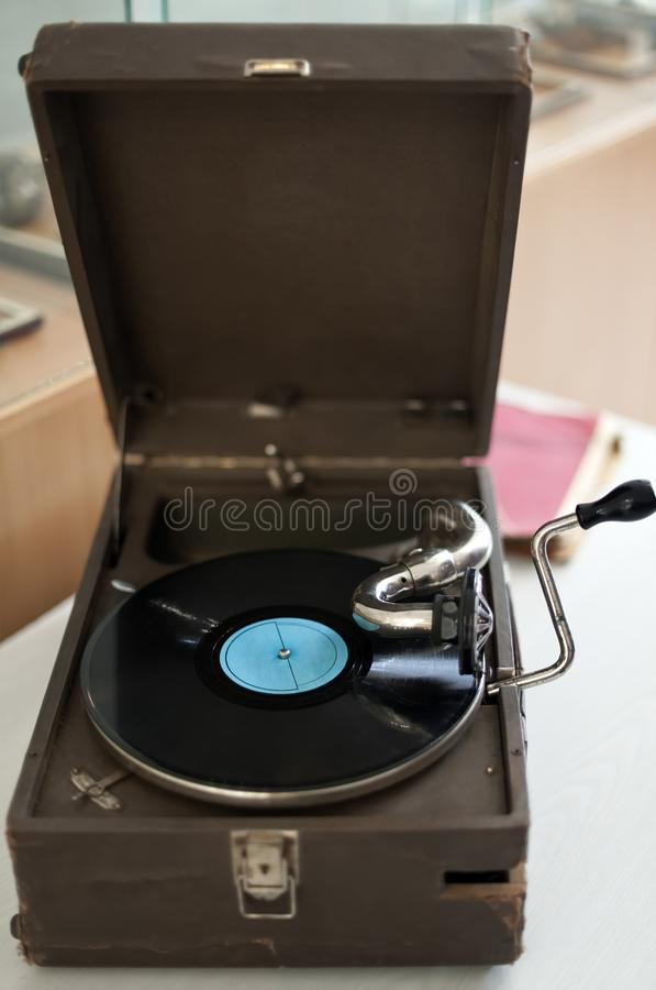 O gramofone velho com placa fotos de stock