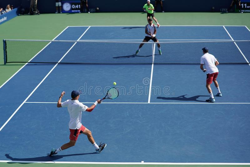 O grand slam patrocina Mike e Bob Bryan de Estados Unidos na ação durante o US Open 2017 3 dobros redondos do ` s dos homens comb imagens de stock