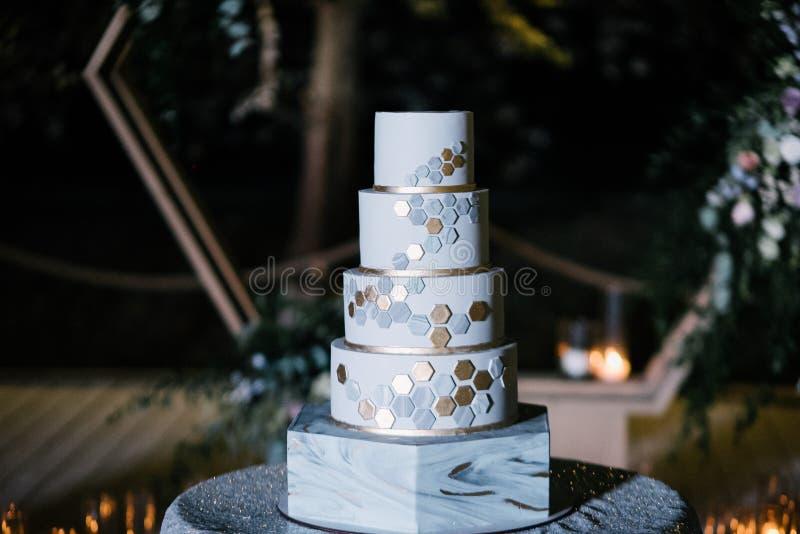 O grande bolo de casamento branco com castelo deu forma a torres fotos de stock royalty free