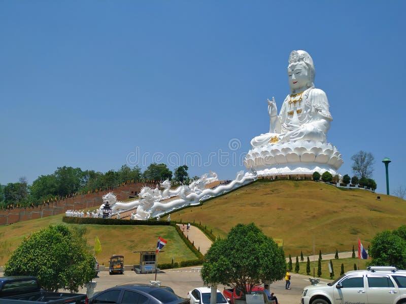 O grande deus Guanyin, lançado com cimento, é um lugar de adoração para o povo Chiang Rai fotos de stock