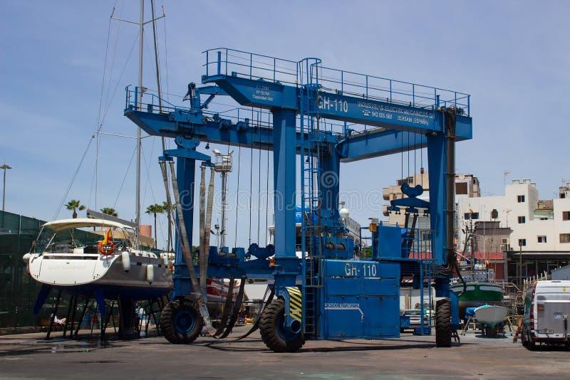 O grande guindaste do porto na jarda do barco no terminal de balsa do Los Cristianos e no porto na ilha de Teneriffe nos Canaries fotos de stock