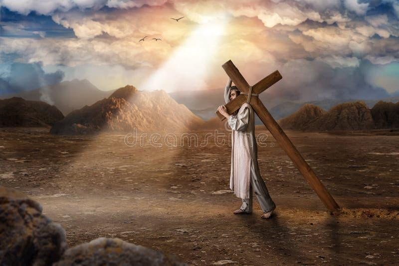 O grande mártir com cruz no deserto, sol irradia fotografia de stock