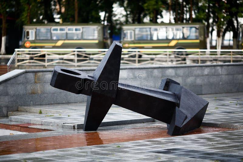 O grande monumento da âncora na terraplenagem de Korabelnaya em Vladivostok fotos de stock royalty free