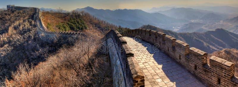O Grande Muralha da porcelana da direita para a esquerda em um dia de inverno claro imagens de stock royalty free