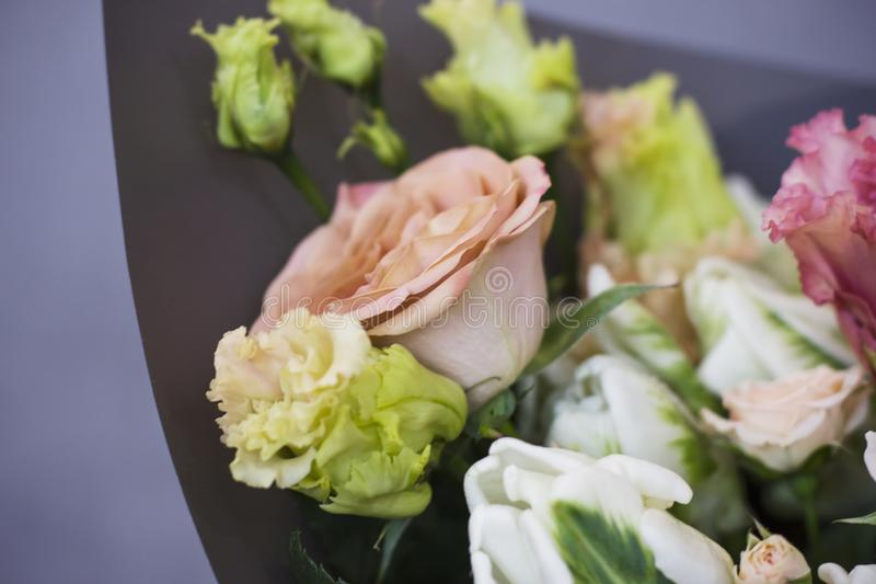 O grande ramalhete de rosas cinzentos, rústico, chique do boho fotografia de stock royalty free
