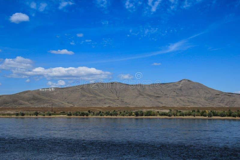 O grande rio Yenisei do russo que origina na região Siberian no centro de Ásia - Tyva foto de stock