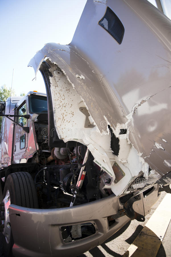 O grande semi caminhão com capa aberta deixou de funcionar em um acidente imagens de stock royalty free